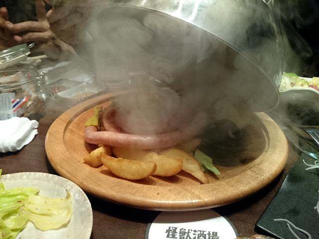煙の中から登場したものは・・・