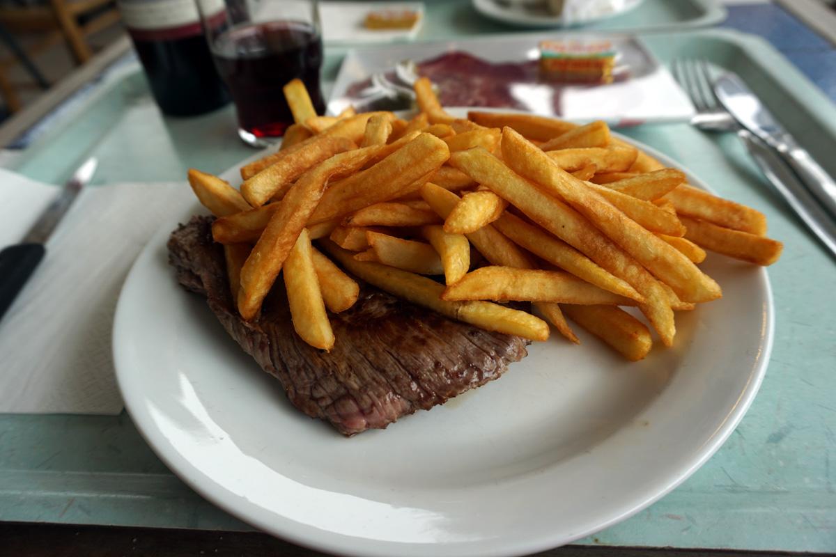 ステーキには「ここはアメリカか?!」ってくらいフレンチフライが・・・