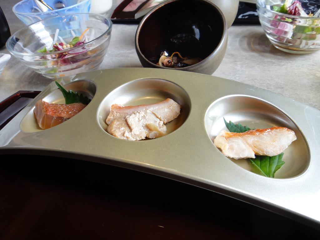 左からヅケ、煮物、焼き物